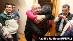 Arxiv fotosu: Həbsdən yeni azad edilən hüquq-müdafiəçisi İntiqam Əliyev evinə yenicə dönərkən,28 mart 2016