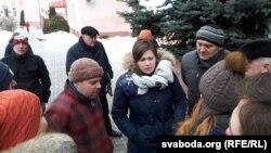 """Сярод тых, хто прыйшоў падтрымаць Аляксандра Сямёнава, лідэр кампаніі """"Гавары праўду!"""" Тацяна Караткевіч (у цэнтры)"""
