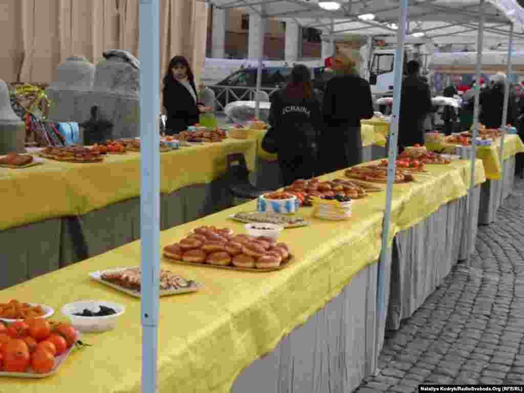 Запашні пампушки, сирники з родзинками та інша смакота з узваром і кутею. Все це скоштували учасників церемонії відкриття ялинки.