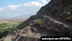 Armenia -- Workers build a high-voltage power transmission line in Vayots Dzor region, August 4, 2017