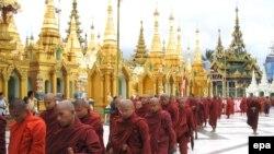 Когда вся страна - монастырь. Бирманские монахи намерены сокрушить военный режим голыми руками (ногами)