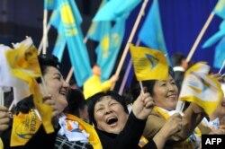 Нұрсұлтан Назарбаевтың қайтадан президент болып сайланғанына қуанып жатқан жұрт. Астана, 4 сәуір 2011 жыл. (Көрнекі сурет).
