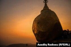 Myanmada uzun əsrlərdir sıldırımdan sallanan qızıl daş.