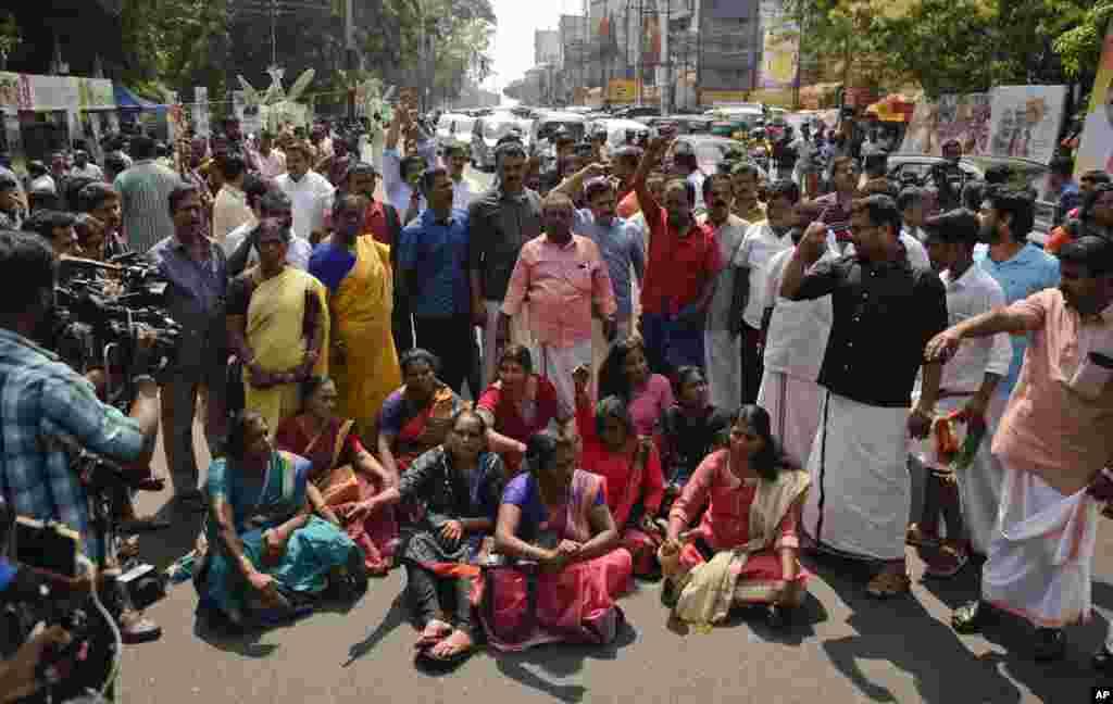 Протестувальники блокують рух та викрикують гасла в Тируванантапурамі,Керала, Індія, 2 січня 2019 року