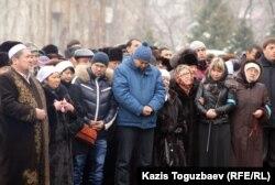 Родные и близкие погибшего полковника Стамбекова. Алматы, 3 января 2013 года.