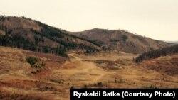 Монголиянын кен иштеткенден кийин кургап калган талаасы. Рыскелди Саткенин сүрөтү