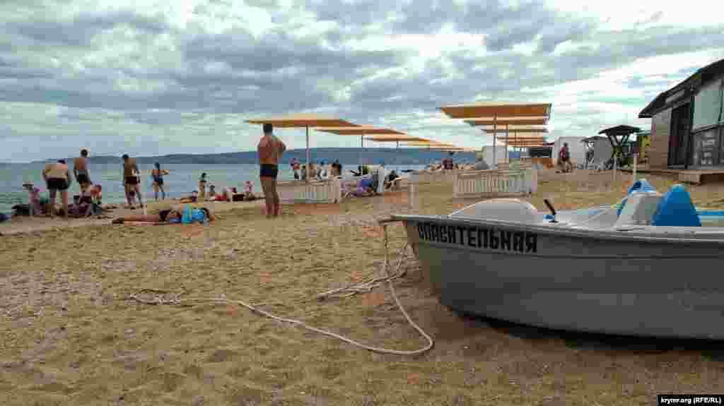 Скористатися душем на пляжі – неможливо. Він обладнаний, але до води не під'єднаний. Туалет платний – 20 рублів (7,5 гривень). Щоправда, відвідати його можна тільки, коли на місці буде співробітниця, яка збирає гроші за відвідування вбиральні. Місцевий рятувальний пост, призначений для спостереження за акваторією, тут завантажений різним інвентарем. Рятувальний човен стоїть на березі, але самих рятувальників на місці немає. Детальніше про інші пляжі Великої Феодосії читайте тут