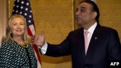 Американскиот државен секретар Хилари Клинтон се сретнува со претседателот на Пакистан Асиф Али Зардари во Њујорк