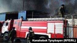 Пожарные на охваченном огнем рынке. Алматы, 17 ноября 2013 года.