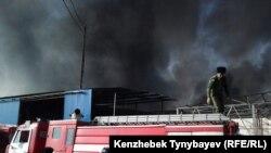 Пожарные машины на алматинской барахолке, охваченной огнем. 17 ноября 2013 года.
