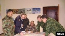 Türkmenistanyň Goranmak ministrliginiň ýaraglara gözegçilik boýunça ofiserleri Germaniýada geçirilen türgenleşdiriş okuwy mahalynda, 2007-nji ýyl.
