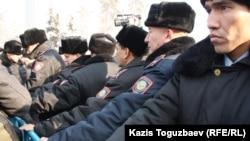 Митингіні бақылап тұрған полиция. Алматы, 28 қаңтар, 2012 жыл.