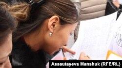 Женщины подписывают обращение в адрес властей Казахстана с требованием не сокращать размеры выплат по беременности и родам. Алматы, 20 февраля 2013 года.
