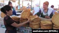 Türkmenistanyň Türkmenabat şäherindäki söwda bazarynda elde bişirilen çörekleriň satylýan bölegi. Maý, 2012.