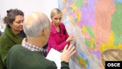 Члены миссии ОБСЕ по наблюдению за выборами в Госдуму России за работой