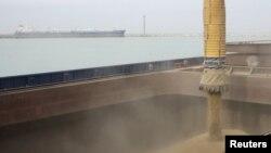 Отгрузка зерна на зерновом терминале в морском порту в Актау. 15 марта 2012 года.