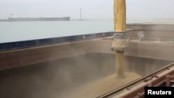 Загрузка зерна в порту в Актау. Иллюстративное фото.