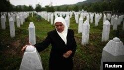 Женщина на могиле двух сыновей в Потокари, близ Сребреницы. Босния и Герцеговина,17 мая 2012 года.