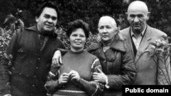 Зліва направо: Микола Руденко, Раїса Руденко, Зінаїда Григоренко, Петро Григоренко (1970-і роки)