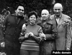 Архівне фото. Зліва направо: Микола Руденко, Раїса Руденко, Зінаїда Григоренко, Петро Григоренко (1970-і роки)