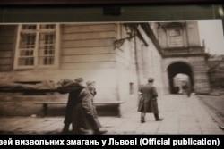 Українські стрільці з ношами з важкопораненим бійцем йдуть до Ратуші, Львів, листопад 1918 року (фото з експозиції музею)