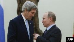 АҚШ мемлекеттік хатшысы Джон Керри (сол жақта) мен Ресей президенті Владимир Путин. Мәскеу, 24 наурыз 2016 жыл.