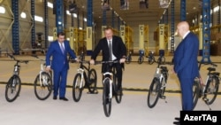 İ.Əliyev İsmayıllıda velosiped zavodunun açılışında.
