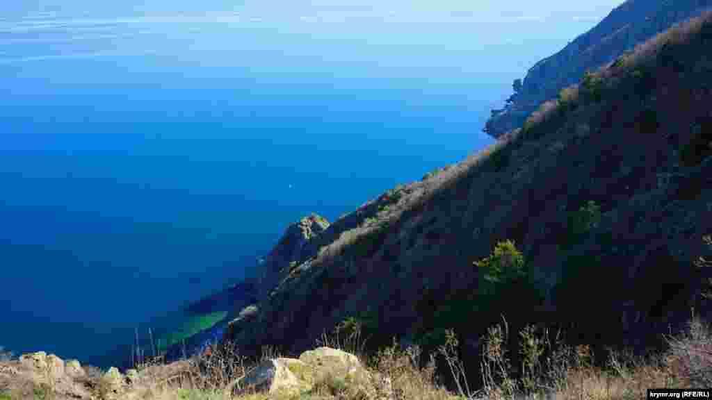 Лишь в одном месте на Аю-Даге нашлась стационарная смотровая площадка. С нее можно рассмотреть узкую и извилистую пляжную полоску на южной оконечности горы