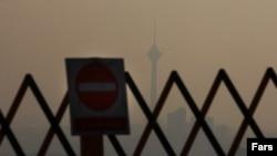 نمایی از برج میلاد تهران گمشده در غبار