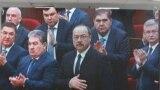 Премьер-министр Узбекистана Абдулла Арипов (в центре) среди депутатов и членов правительства.