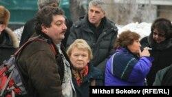 Жазушы Дмитрий Быков (сол жақтан бірінші) ксенофобияға қарсы наразылық шарасында. Мәскеу, 26 желтоқсан 2010 жыл