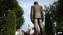 Паметникът на Тодор Живков в Правец.