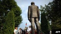 Носталгично настроени посетители поднасят цветя на паметника на Тодор Живков в Правец през 2011 г.