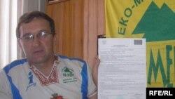 Павло Савчук показує лист-відмову на в'їзд до Польщі