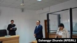 Карлыгаш Асанова (справа) с адвокатом в зале суда во время оглашения приговора. Актобе, 25 октября 2019 года.