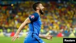 Ֆրանսիացի Օլիվիե Ժիրուն Ռումինիայի հավաքականի դարպասը գրավելուց հետո, Սեն Դենի, 10-ը հունիսի, 2016թ.