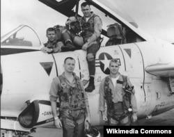Лейтенант-коммандер Джон Маккейн со своим экипажем. Вьетнам, 1965
