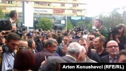 Građani ispred suda išekuju donošenje presude, Priština, 17. septembar 2013.