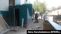Республикалық онкология ауруханасының ауласы. Алматы, 8 мамыр 2014 жыл