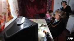 Кыргызская семья смотрит телевизор. Иллюстративное фото.
