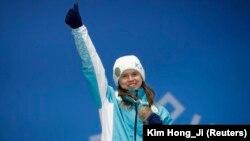 Казахстанская фристайлистка Юлия Галышева, выигравшая бронзовую медаль в дисциплине могул, на церемонии награждения призеров Олимпиады. Пхёнчхан, 12 февраля 2018 года.