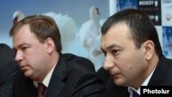 Ваге Энфиаджян (справа) и Андрей Смирнов на пресс-конференции, Ереван, 27 августа 2012 г.
