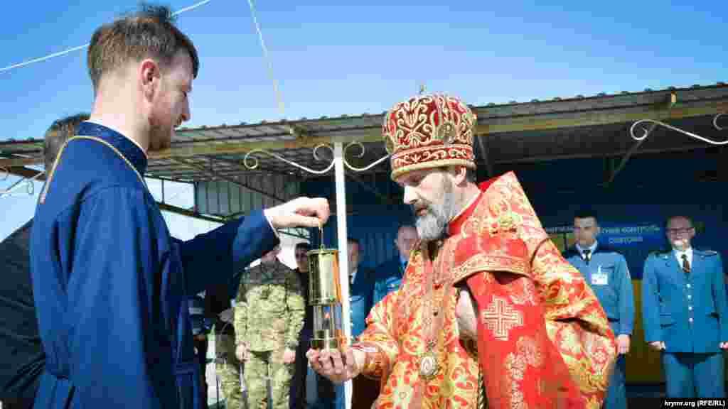Архиепископ Симферопольский и Крымский Украинской православной церкви Климент прибыл на КПВВ«Каланчак», где ему передали лампадку с Благодатным огнем из Иерусалима