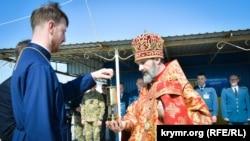 Архиепископ Климент принял Благодатный огонь, привезенный из Иерусалима и переданный херсонским священникам УПЦ КП. Херсонская область, КПВВ «Каланчак», 8 апреля 2018 года