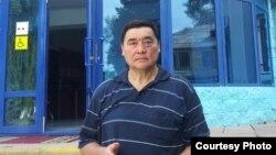 Журналист әрі құқық қорғаушы Рамазан Есіргепов Жамбыл облыстық сотының алдында. 28 шілде 2016 жыл.