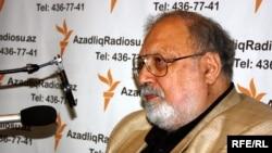 Сценарист, драматург и кинопродюссер Рустам Ибрагимбеков в бакинской студии РадиоАзадлыг, май 2010 года