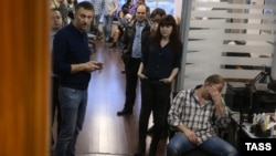 Кремлевский критик Алексей Навальный и сотрудники Фонда борьбы с коррупцией во время обыска в их офисе, архивное фото.