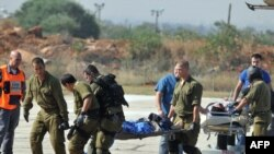 İsrail hərbçiləri yaralıları daşıyır, 31may 2010.