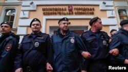 Полиция охраняет здание Московской городской избирательной комиссии во время акции оппозиции, июль 2019 года