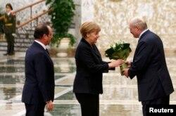 Президент Білорусі Олександр Лукашенко зустрічає канцлера Німеччини Ангелу Меркель та президента Франції Франсуа Олланда. Мінськ, 11 лютого 2015 року